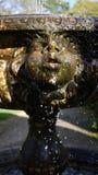 Steincharakterskulptur-Wasserbrunnen lizenzfreie stockbilder