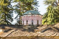 Steindach- und Haubenmuster des Haupttempels im alten Troyan-Kloster in Bulgarien Stockfotografie