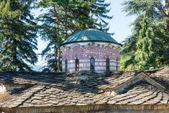 Steindach- und Haubenmuster des Haupttempels im Troyan-Kloster, Bulgarien Stockfotos