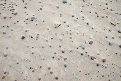 Steine auf еру-Sand Stockbilder