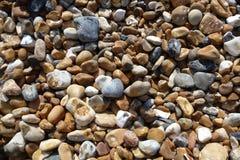 Steine auf Brighton-Strand Stockbilder