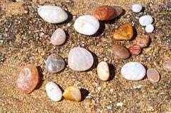 Steine auf Strand Lizenzfreie Stockfotos