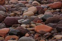 Steine auf dem Fluss Lizenzfreie Stockfotos