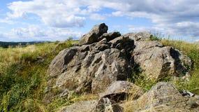 Steine auf dem Gebiet Lizenzfreies Stockbild