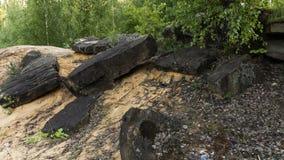 Steine auf dem mit gelbem Sand in einem Granitsteinbruch lizenzfreie stockbilder