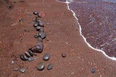 Steine auf dem roten Strand. Santorini. stockfotos