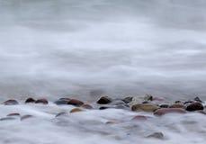 Steine auf der Küste Stockbilder