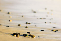 Steine auf einem Ozeanufer Stockbild