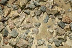 Steine auf nassem Sand Stockfotos