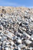 Steine auf Natur auf einem Hintergrund des blauen Himmels Stockfotografie