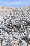 Steine auf Natur auf einem Hintergrund des blauen Himmels Stockfoto