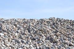 Steine auf Natur auf einem Hintergrund des blauen Himmels Stockbild