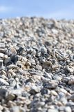 Steine auf Natur auf einem Hintergrund des blauen Himmels Stockfotos