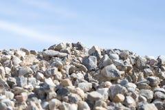 Steine auf Natur auf einem Hintergrund des blauen Himmels Lizenzfreie Stockfotos