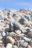Steine auf Natur auf einem Hintergrund des blauen Himmels Stockbilder
