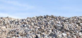 Steine auf Natur auf einem Hintergrund des blauen Himmels Lizenzfreies Stockbild