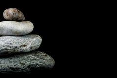 Steine auf schwarzem Hintergrund Lizenzfreies Stockfoto