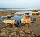Steine auf Seeküste Stockbild