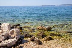 Steine auf Simuni-Strand, Kroatien lizenzfreie stockfotografie