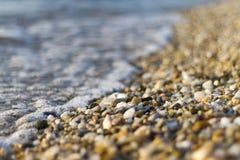 Steine auf Strand und Meerwasser Stockfotografie