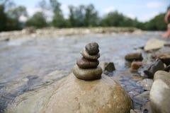 Steine auf Wasser Lizenzfreies Stockfoto