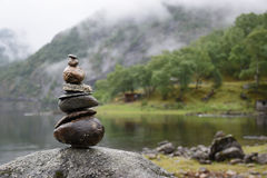 Steine auf Wasser umranden, Eidfjordvatnet, Eidfjord, Norwegen Lizenzfreie Stockfotos