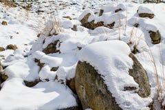 Steine bedeckt mit Schnee Stockfotos