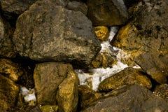 Steine in dem Meer stockfotos