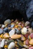 Steine in den niedrigen Gezeiten Lizenzfreie Stockfotografie