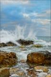 Steine in den Wellen Lizenzfreies Stockfoto