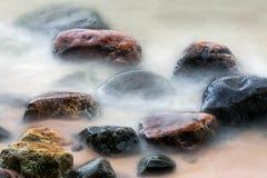 Steine in der Brandung Stockfoto