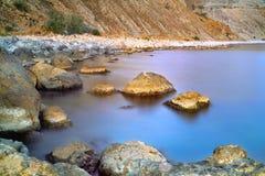 Steine an der Küste am Sonnenuntergang Lizenzfreie Stockfotos