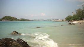 Steine, die aus dem Strand heraus spähen stock video footage
