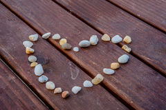Steine, die Herzsymbol bilden Stockbilder