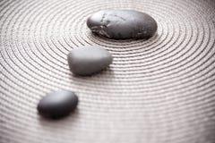 Steine, die Zen, Schwerpunkt und Meditation darstellen Lizenzfreie Stockfotos