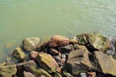 Steine durch den Fluss Stockfotos