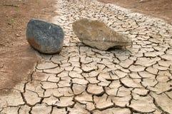 Steine in einem trockenen Fluss Stockbilder