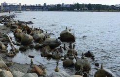 Steine in False Creek der Hafen von Vancouver Stockfotos