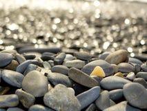 Steine gegen das Meer Stockfotografie