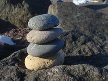 Steine gestapelt auf einem Felsen Stockfoto