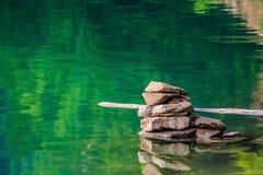 Steine gestapelt im Teich stockfotos