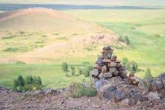 Steine gezeichnet wie eine Pyramide stockfotos