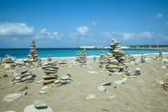 Steine häufen auf Meer an stockfoto