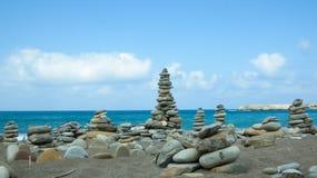 Steine häufen auf Meer an lizenzfreies stockfoto