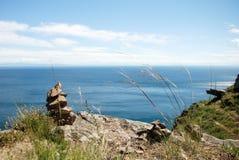 Steine häufen auf Meer an lizenzfreies stockbild