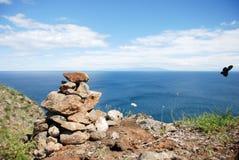 Steine häufen auf Meer an stockbild
