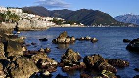 Steine im blauen Meer Stockbilder