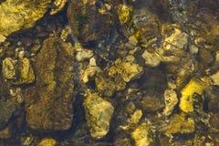 Steine im Fluss Lizenzfreie Stockfotos
