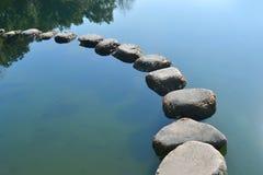 Steine im Fluss Stockfotos
