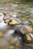 Steine im Fluss Lizenzfreie Stockbilder